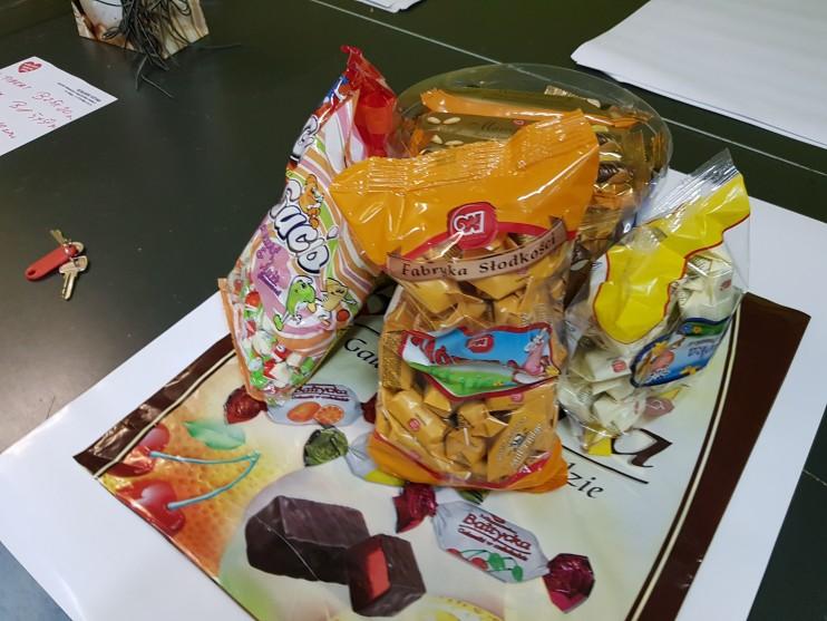 Zestaw słodyczy - Paczka składająca się ze słodyczy Firmy Wo