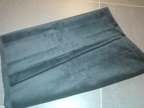 Materiał czarny aksamit, wym. 1,10cm x 80 cm