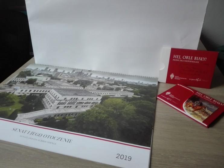 """Kalendarz Senatu oraz publikacja """"HEJ, ORLE BIAŁY"""" z autogra"""